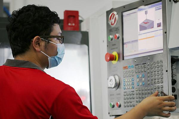 Star Rapid CNC milling machinist programs a job